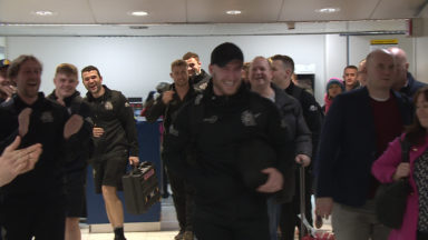 Stuart Hogg receives guard of honour at Glasgow Airport